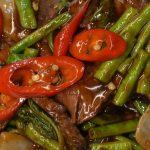 Pad krapau, met kouseband, ui, hete basilicum, chilipepers, spaanse pepers